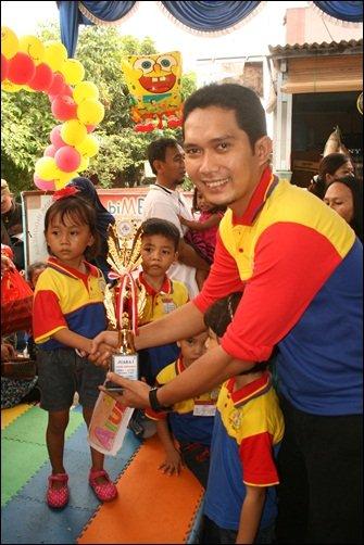 Pemberian hadiah oleh Mitra Unit Narogong indah, Bpk. Andi