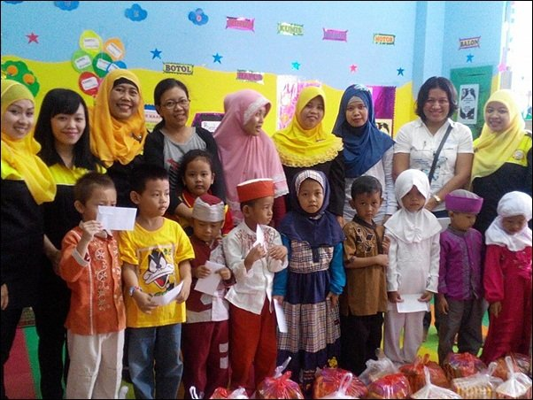 Pose bersama di Aksi Amal TK AIUEO dan biMBA Agus Salim