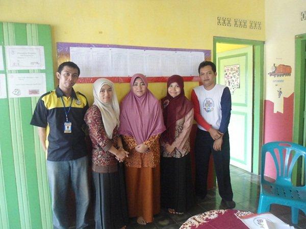 Foto Bersama Mitra Ibu Firtiani Daud (tengah) di Unit Suronegaraan