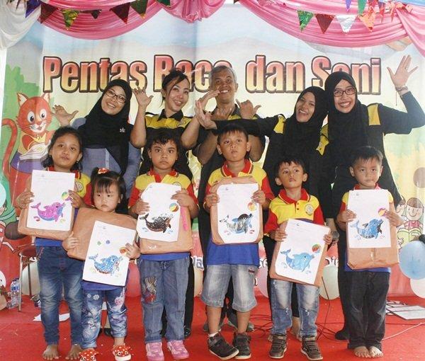 Anak-anak dengan Hasil Kreasi Mozaik
