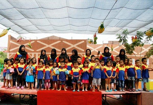 Foto bersama keluarga besar biMBA Tanjung Duren di Acara Rekreasi Bersama
