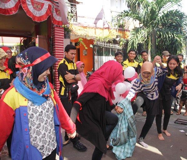 Lomba Estafet Sarung