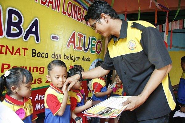 Mitra Unit Parung Jaya, Bapak Yusup Handono tengah Menyerahkan Piala dan goody bag kepada Juara Lomba.