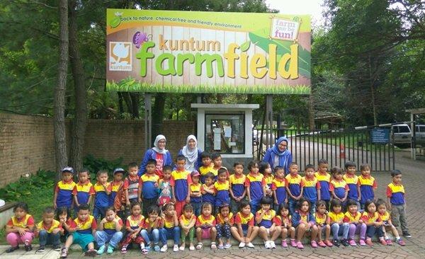 Anak-anak biMBA Parung Jaya berfoto di depan pintu masuk