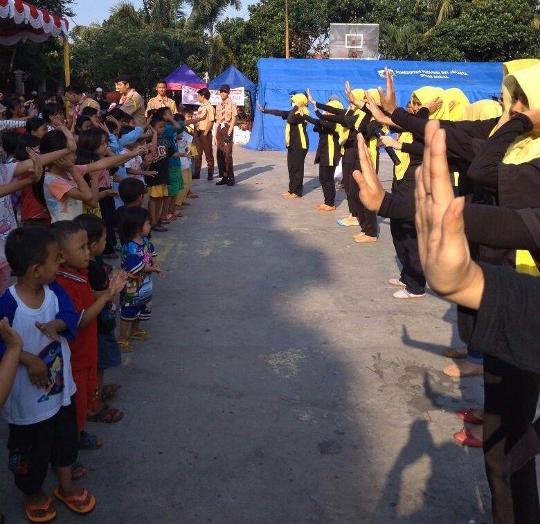 Senam Penguin Motivator biMBA dengan anak-anak di lokasi kebakaran