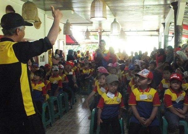 Antusiasme murid biMBA Kebantenan dan biMBA Harapan Mulya mengenal kesenian tradisional melalui karya wisata