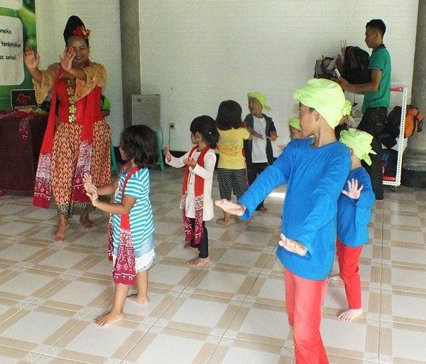 Belajar Jaipong tarian tradisional Jawa barat