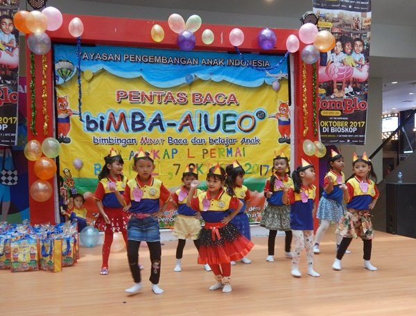 Anak biMBA Bulak Kapal Permai menari di atas panggung dengan percaya diri