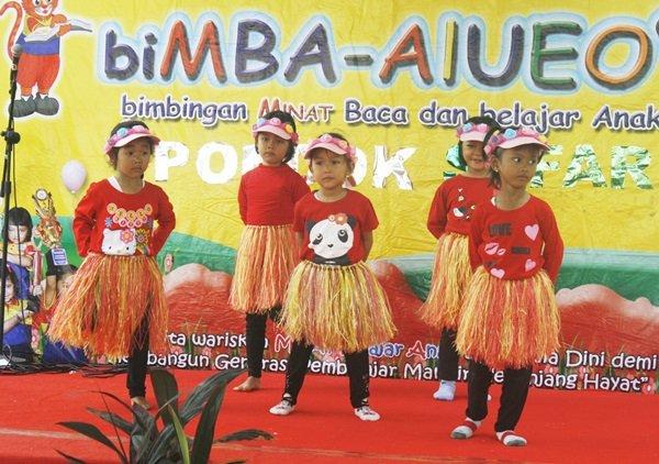 Semangat murid biMBA Pondok Safari menari di atas panggung