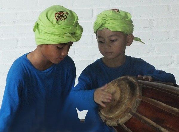 Bermain gamelan alat musik tradisional Jawa Barat