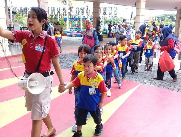 Pengelompokkan anak-anak saat memasuki tempat acara