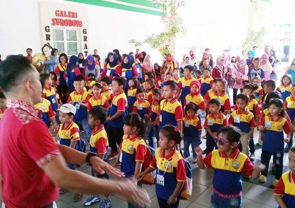 Antusiasme murid biMBA Surabaya mengikuti Flash mob dance di Gebyar Pentas Baca