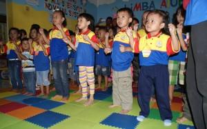 Dengan semangat anak anak biMBA senam Chicken Dance
