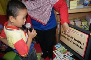 Murid biMBA AIUEO yang sedang membaca kalimat.