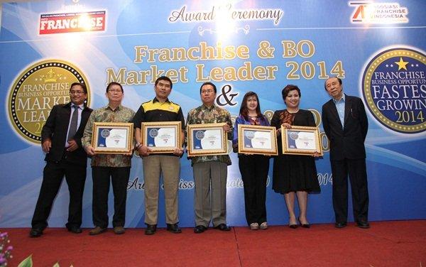 Foto Bersama Franchisor Lainnya yang Mendapatkan Penghargaan Perkembangan Franchise Tercepat 2014(1)