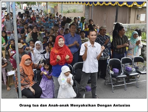 Orang tuadan anak-anak menyaksikan dengan antusias